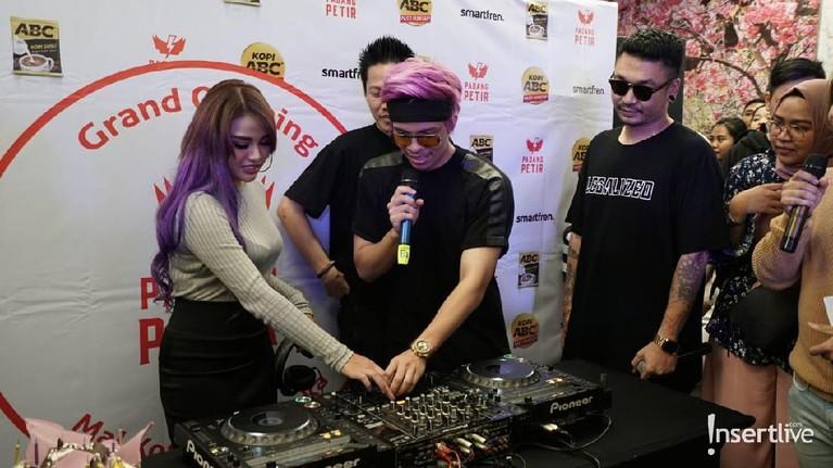 Warna rambut ungu Aurel Hermansyah menjadi sorotan saat memberi kejutan ulang tahun Atta Halilintar.
