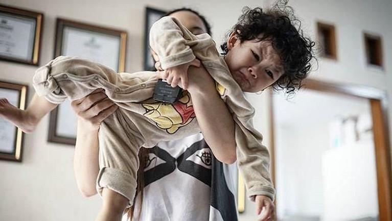 Cecep Reza juga senang sekali menangkap momen ketika sang anak sedang menangis atau tertawa jika menghabiskan waktu bersama ibunya.