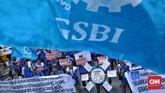 Buruh berunjuk rasa di Kantor Kemenaker menuntut pencabutan PP Pengupahan dan pembatalan revisi UU Ketenagakerjaan karena merugikan pekerja.