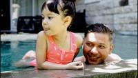 Berenang bersama seperti Gading dan Gempi bisa jadi cara yang asyik nih untuk bonding antara ayah dan anak perempuannya. (Foto: Instagram @gadiiing)