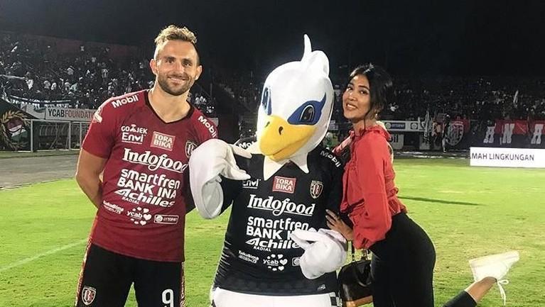 Ilija suka membawa Lelhy ke lapangan sepak bola dan berfoto disana bersama setelah pertandingan selesai.