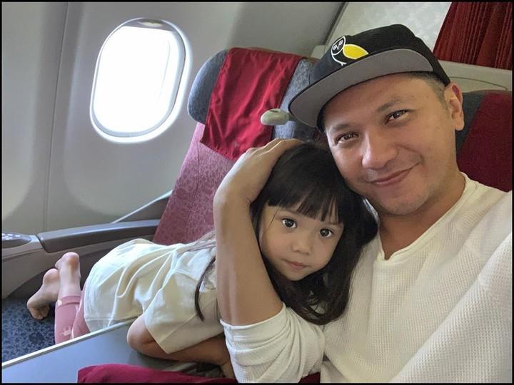 Di tengah kesibukannya, Gading Marten tetap menyempatkan diri berlibur dengan putrinya, Gempita Nora Marten. Mereka baru saja berlibur di Bali nih, Bun. (Foto: Instagram @gadiiing)