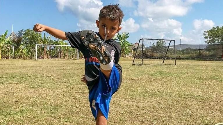 Mengikuti jejak sang ayah, Dragan juga ikut kegiatan olahraga sepak bola di sekolahnya.