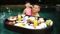 Kalau orang lain menikmati <em>floating breakfast</em> sama pasangan, Gading menikmati <em>floating breakfast</em> bersama putri tercintanya. (Foto: Instagram @gadiiing)
