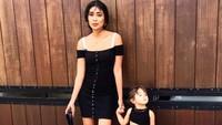 Dibalut pakaian hitam, Lelhy dan putrinya makin kece. (Foto: Instagram/ @lelhyspaso)
