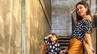 <div>Pakai baju kembaran dan berpose mirip. Lelhy dan si kecil kompak banget. (Foto: Instagram/ @lelhyspaso)</div><div></div>
