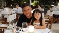 Gading juga mengajak Gempi untuk makan malam bersama. Makan malam dengan nuansa serba putih yang romantis bersama anak, kenapa enggak? (Foto: Instagram @gadiiing)
