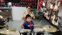Enggak mau kalah dengan sang ibu, Joshua sepertinya punya bakat main di bidang musik nih, Bun. (Foto: Instagram/ @joydestinytobing)