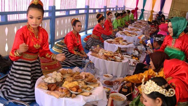 Tradisi pakande-kandea awalnya berupa penyambutan laskar perang Kerajaan Buton oleh gadis desa.