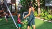 <div>Lelhy termasuk sosok ibu yang telaten menemani sang anak bermain. Bunda setuju kan? (Foto: Instagram/ @lelhyspaso)</div><div></div>