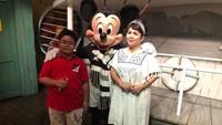 Ini momen keseruan keduanya saat liburan ke Disneyland Park di California, Amerika Serikat beberapa waktu lalu. (Foto: Instagram/ @joydestinytobing)