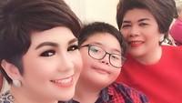 <div>Kali ini, wanita 39 tahun itu menghabiskan waktu bersama sang ibu dan buah hatinya tercinta. (Foto: Instagram/ @joydestinytobing)</div>