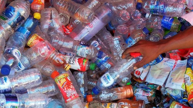 Peneliti telah membuat enzim yang cara kerjanya bisa mengurai sampah plastik dalam hitungan hari.