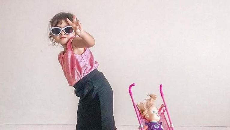 Irina juga gemar bergaya dan termasuk balita yang modis. Ia sering menggunakan kacamata hitam danmengenakan pakaian lucu. Ia pun pintar bergaya di depan kamera.