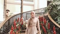 Nah kalau yang ini gaya busana kondangan Mega Iskanti saat menghadiri pernikahan sang sahabat, Dian Pelangi. Mega mengenakan gaun rancangan Renzi Lazuardi yang memang dibuat <em>custom</em> untuk seragam <em>bridesmaid</em>.(Foto: Instagram @megaiskanti(