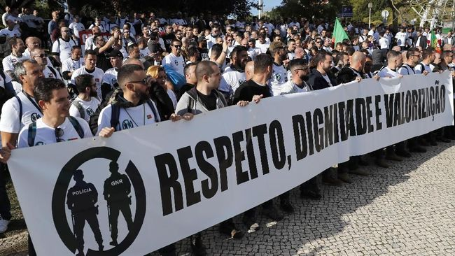 Ribuan polisi di Portugal berdemonstrasi di Ibu Kota Lisbon pada Kamis (21/11) kemarin menuntut kenaikan gaji dan tempat kerja lebih layak.