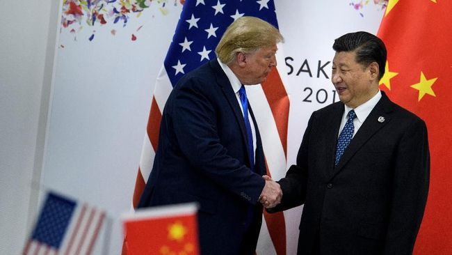 China's President Xi Jinping (R) greets US President Donald Trump before a bilateral meeting on the sidelines of the G20 Summit in Osaka on June 29, 2019. (Photo by Brendan Smialowski / AFP)