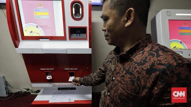 Petugas  mengambil contoh kartu tanda penduduk elektronik (E-KTP) yang dicetak melalui mesin Anjungan Dukcapil Mandiri di Jakarta, Jumat, 22 November 2019. Kementerian Dalam Negeri (Kemendagri) mengajukan anggaran sebesar Rp15 miliar untuk mengembangkan mesin Anjungan Data Mandiri (ADM) guna mencetak berbagai dokumen kependudukan, seperti mulai dari KTP elektronik, akta lahir, kartu keluarga, kartu identitas anak (KIA), hingga akta kematian.