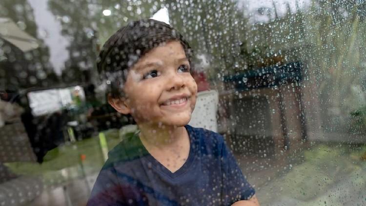 Musim hujan adalah kesempatan Bunda mengajarkan doa terkait hujan pada anak.