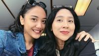Saking dekatnya ibu dan anak ini, beberapa netizen yang berkomentar, Putri Tanjung dan ibunya terlihat mirip lho. (Foto: Instagram @putri_tanjung)