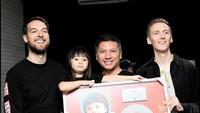 <p>Band Honne mengapresiasi video viral Gempi yang menyanyikan lagunya, <em>Location Unkown.</em> Semalam, Kamis (21/11/2019) mereka konser di Jakarta dan bertemu dengan Gempi. (Foto: Instagram @gadiiinng)</p>