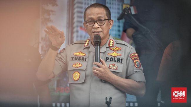 Kabid Humas Polda Metro Jaya mengatakan saat penggerebekan polisi mendapatkan tiga butir pil diduga ekstasi yang berada di dalam keranjang sampah.