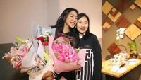 Dalam salah satu caption Instagram-nya, Putri Tanjung mengatakan bahwa berkat didikan sang ibu, ia bisa menjadi pribadi yang mandiri dan kuat. (Foto: Instagram @putri_tanjung)