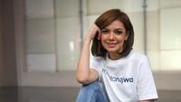 """<p>Koleksi sneakers Najwa Shihab sangat beragam, Bun. Untuk gaya kasualnya kali ini, ia mengenakan atasan kaus putih, celana jeans, dan sneakers UltraBOOST """"Woodstock"""". (Foto: Instagram @najwashihab)</p>"""