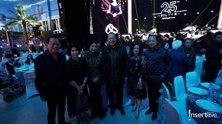 Chairul Tanjung tengah berpose bersama beberapa tamu yang hadir dan memberikan ucapan selamat.
