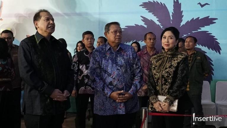 Terlihat juga mantan Presiden Susilo Bambang Yudhoyono yang memberikan ucapan selamat untuk Pak Chairul Tanjung dan istri.