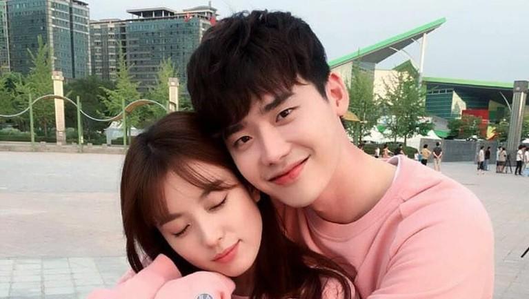 Lee Jong Suk tak bisa menghentikan debaran jantungnya usai mencium Han Hyo Joo. Menurut Jong Suk banyaknya adegan ciuman yang harus dilakukan, membuat bibirnya kadang terasa kaku.