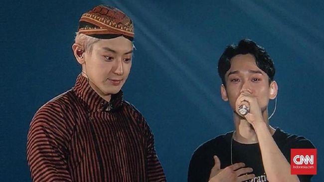 Baju surjan serta blangkon khas Solo menjadi hal unik yang dibawa  Chanyeol EXO dalam konser EXO PLANET #5-EXplOration- in JAKARTA di ICE, BSD, Sabtu (23/11).