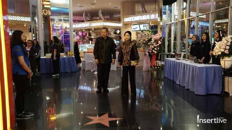 Chairul Tanjung dan sang istri merayakan ulang tahun pernikahan ke-25. Pasangan ini menggelaracara untuk merayakan perikahan perak mereka di TSM Cibubur.