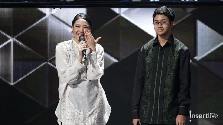 Kedua anak Chairul Tanjung dan Anita, Putri Tanjung dan Rahmat Dwiputra Tanjung naik ke atas panggung untuk memberikan pidato singkat.