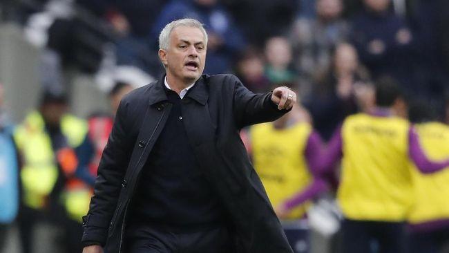 Pelatih Tottenham Hotspur Jose Mourinho menebar perang urat saraf dengan mengaku dapat informasi soal strategi Chelsea.