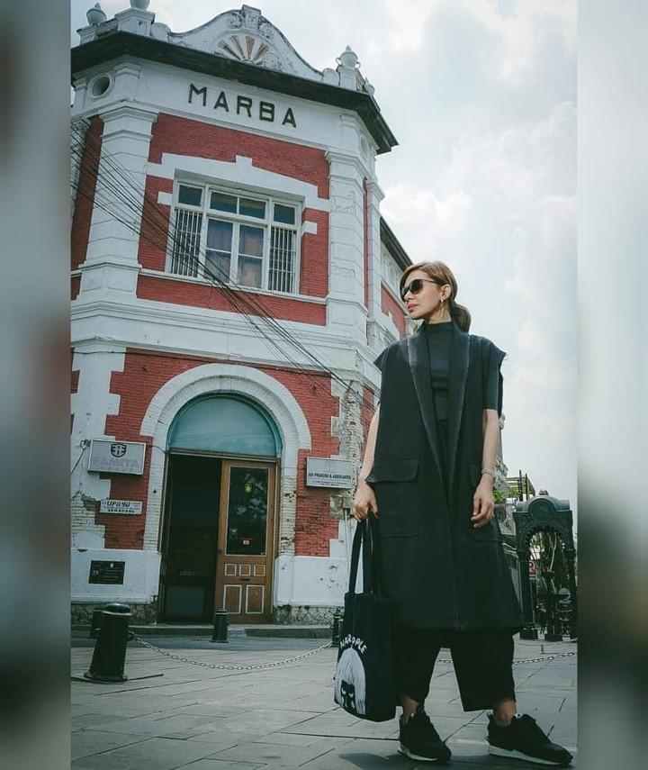<p>Tampil serba hitam, kenapa tidak? Dengan balutan busana serba hitam, kacamata hitam, dan sneakers hitam, Najwa Shihab membuktikan bahwa warna hitam pun tetap terlihat keren. (Foto: Instagram @najwashihab)</p>