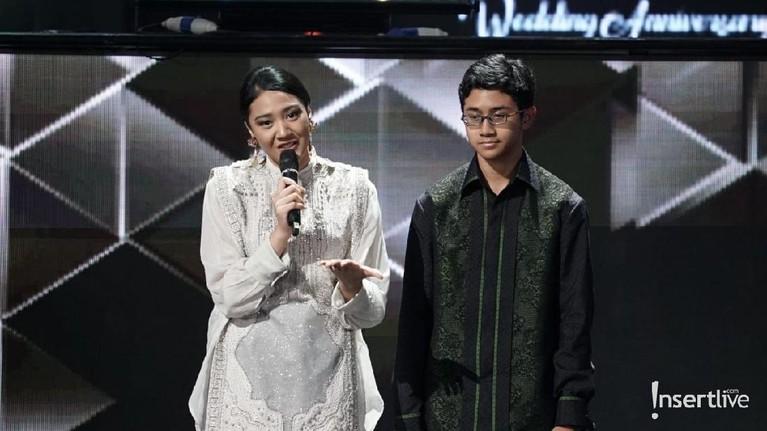 Di tengah acara, Putri Tanjung dan sang adik, Rahmat Dwiputra Tanjung terlihat menyampaikan ucapan untuk pernikahan perak orangtuanya. Putri Tanjung tampak terharu.