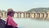 <p>Bunda juga bisa tiru gaya kasual Najwa Shihab yang satu ini. Kemeja merah muda dipadu dengan celana dan sneakers hitam. Tambahkan topi seperti Najwa agar terlihat lebih <em>fashionable</em>. (Foto: Instagram @najwashihab)</p>