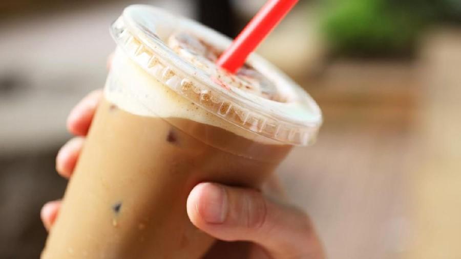 Ibu Menyusui Suka Minum Es Kopi Susu Kekinian, Apakah Aman?