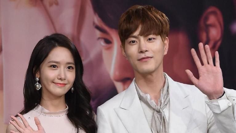 Yoona SNSD dan Hong Jong Hyun harus bekerja keras saat beradegan ciuman di drama The King Love. Bahkan keduanya sampai kehabisan napas saat melakukan adegan tersebut. Alhasil keduanya pun harus mengulan scene tersebut beberapa kali.