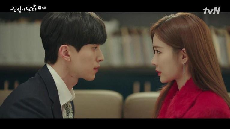 Ada salah satu adegan Lee Dong Wook harus berciuman dengan Yoo In Na. Menariknya dalam adegan tersebut Yoo In Na harus menangis sehingga ciumannya dengan Dong Wook terasa asin.
