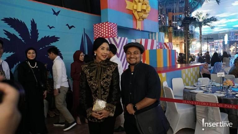 Tak hanya dihadiri oleh keluarga, terlihat penyanyi Tompi juga datang dan berpose bersama Anita Ratnasari Tanjung.