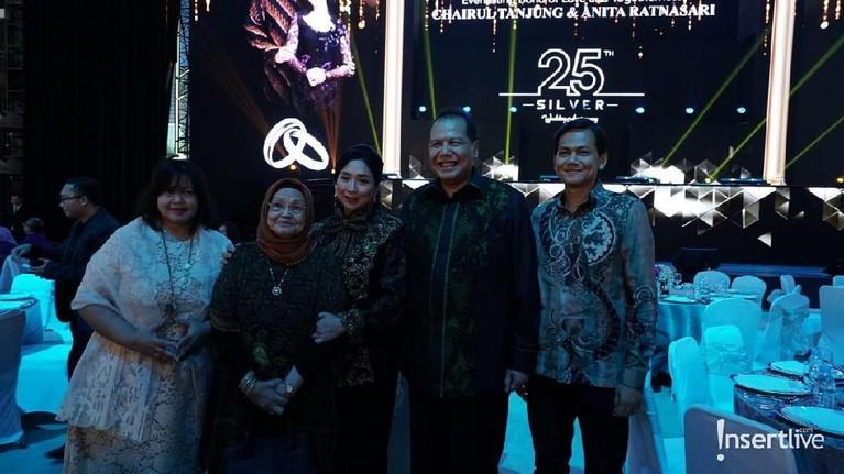 Pak Chairul Tanjung berpose bersama keluarga besarnya di hari bahagianya tersebut.
