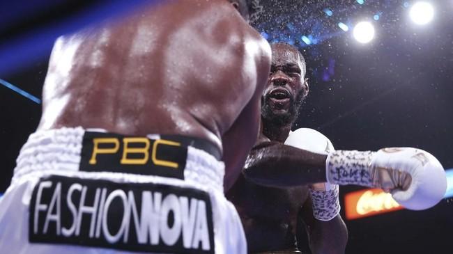 Pukulan tangan kanan yang keras dari Wilder masuk dan membuat Ortiz jatuh. (Erik Verduzco/Las Vegas Review-Journal via AP)