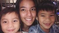 <p>Di saat santai, Sheila menemani kedua putranya dari pernikahannya bersama Kiki Mirano nonton film. (Foto: Instagram @itssheilamj) </p>