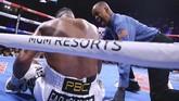 Bayless lantas menghitung setelah Ortiz jatuh pada ronde ketujuh. (Erik Verduzco/Las Vegas Review-Journal via AP)