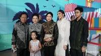 <p>Mantan Gubernur Jakarta, Sutiyoso dan istrinya juga ikut hadir dalam pesta itu. Mereka menyempatkan foto bersama Indah dan anak-anaknya. (Foto: Marianus Harmita/InsertLive)</p>