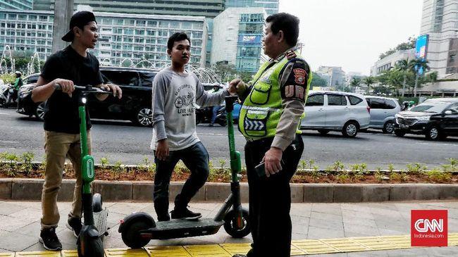 Polisi tetap melarang skuter listrik melintas di jalur sepeda meskipun tak dilarang dalam Pergub Penyediaan Lajur Sepeda.