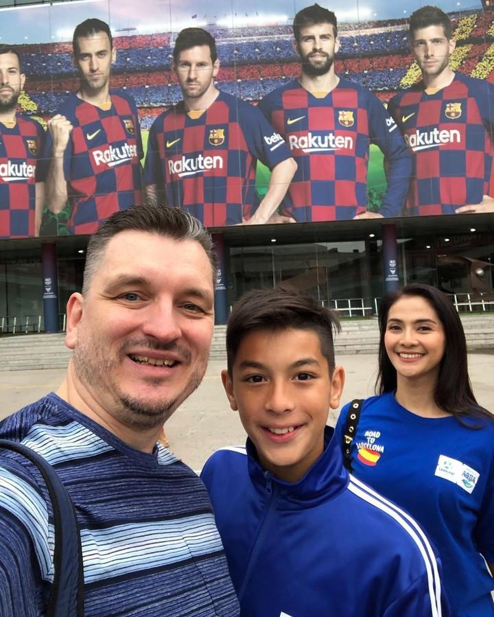 <p>Selama di markas Barcelona FC, mereka melihat kegiatan para pemainnya sejak persiapan di ruang ganti, tempat konfrensi pers hingga pertandingan selesai digelar. (Foto: Instragram @maudykoesnaedi)</p>