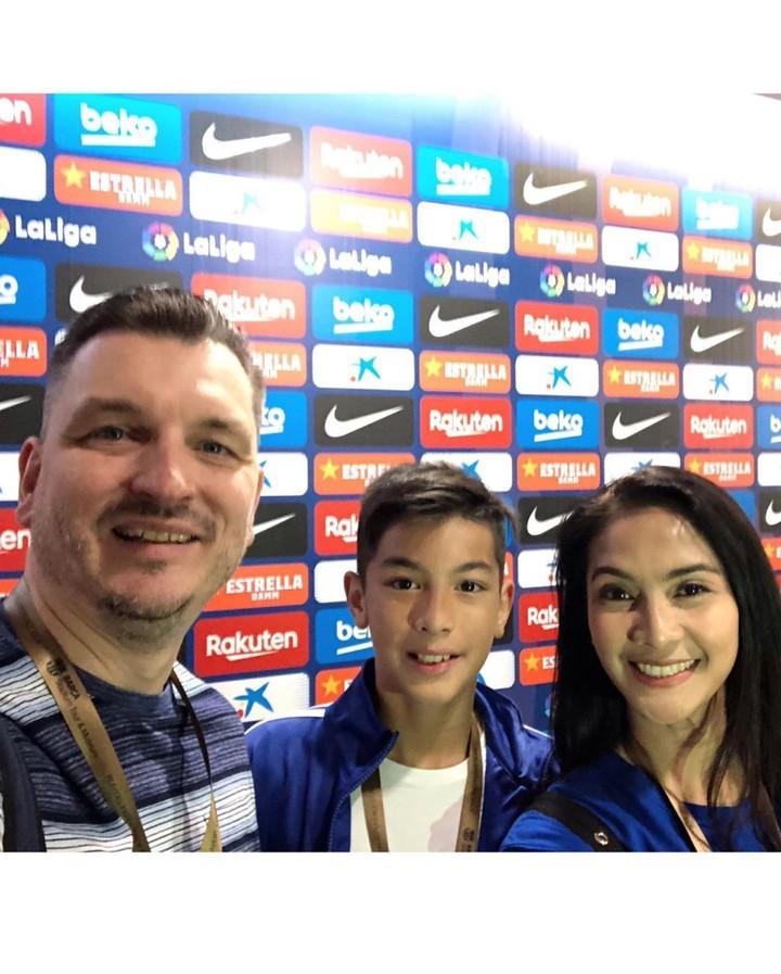 Maudy Koesnaedi liburan seru bareng suami dan anak semata wayangnya, yang kini sudah ABG. Mereka nonton bola sampai ke markas Lionel Messi lho, Bun.